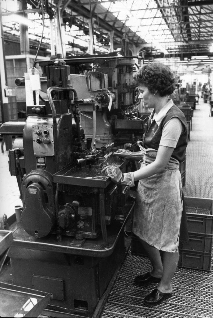 Travailleuses de la FN sur une machine (CARHOP, fonds La Cité).