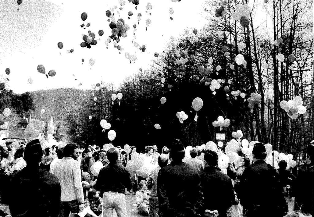Lâcher de ballons permettant aux populations belges d'apprécier les éventuelles retombées d'effluents radioactifs de Chooz, 30 mars 1982. CARHOP, fonds La Cité, série photos, dossier centrale nucléaire.